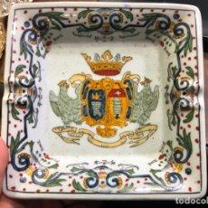 Antiquités: PRECIOSO CENICERO CERAMICO CON ESCUDO HERALDICO - MEDIDA 16,5X16,5 CM. Lote 190914215