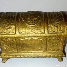 Antigüedades: COFRE ISABELINO - METAL DORADO - CON GRABADOS DE VIRGEN Y FILIGRANA - AÑO 1920. Lote 190918238