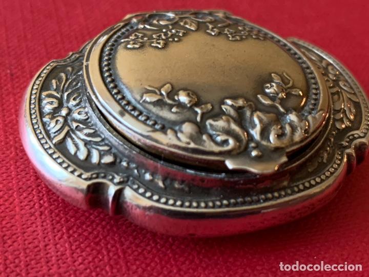Antigüedades: Antiguo colgante o cajita-polvera en plata de ley - Foto 2 - 190925507