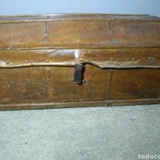 Antigüedades: ANTIGUO BAÚL DE VIAJE INDIANO DE PIEL PARA CARRUAJE SIGLO XVIII TAMAÑO 40 CM X 87 CM X 50 CM. Lote 190982292