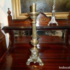 Antigüedades: CANDELERO DE BRONCE ANTIGUO BASE TRIANGULAR CARA SANTOS - MEDID 33 X 10 CM. TUERCA PARA ELECTRIFICAR. Lote 190995612