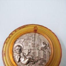 Antigüedades: MEDALLÓN VINTAGE PLATEADO PARA CUNA.TOTAL 6 CM DIAMETRO. MEDALLA 4 CM. PESA 22 GR. NIÑO JESÚS,Y BUEY. Lote 191059392