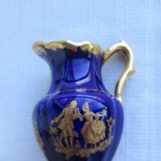 Antiquités: JARRITA EN PORCELANA DE LIMOGES EN AZUL COBALTO Y ORO, SELLADA. Lote 191064611