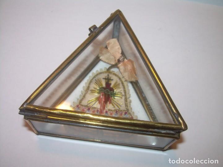 Antigüedades: ANTIGUO ESCAPULARIO BORDADO EN URNA DE LATON Y CRISTAL.MUY BUEN ESTADO DE CONSERVACION. - Foto 4 - 191078851