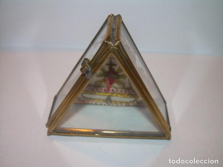 Antigüedades: ANTIGUO ESCAPULARIO BORDADO EN URNA DE LATON Y CRISTAL.MUY BUEN ESTADO DE CONSERVACION. - Foto 5 - 191078851
