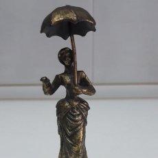 Antigüedades: ANTIGUA CAMPANILLA 15 CM DE ALTO, LA DAMA DEL PARAGUAS. Lote 191117362