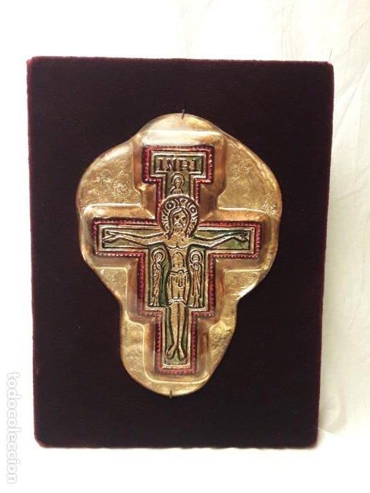 BELLO ANTIGUO CRUCIFIJO ESTILO BIZANTINO ENCAPSULADO EN CRISTAL FONDO TERCIOPELO ROJO (Antigüedades - Religiosas - Crucifijos Antiguos)