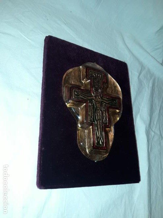 Antigüedades: Bello antiguo crucifijo estilo bizantino encapsulado en cristal fondo terciopelo rojo - Foto 3 - 191122306