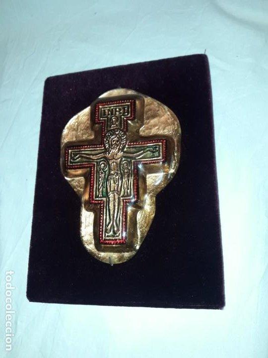 Antigüedades: Bello antiguo crucifijo estilo bizantino encapsulado en cristal fondo terciopelo rojo - Foto 4 - 191122306