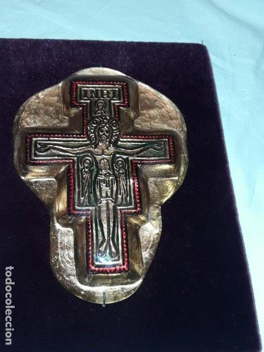 Antigüedades: Bello antiguo crucifijo estilo bizantino encapsulado en cristal fondo terciopelo rojo - Foto 5 - 191122306