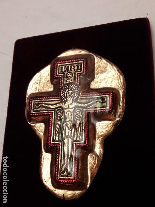 Antigüedades: Bello antiguo crucifijo estilo bizantino encapsulado en cristal fondo terciopelo rojo - Foto 7 - 191122306