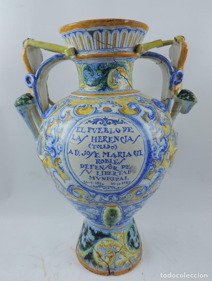 JARRÓN TIPO ÁNFORA DE CERÁMICA TALAVERA, NIVEIRO, GRAN TAMAÑO MIDE 51 X 37 CMS. DEDICADO POR (Antigüedades - Porcelanas y Cerámicas - Talavera)