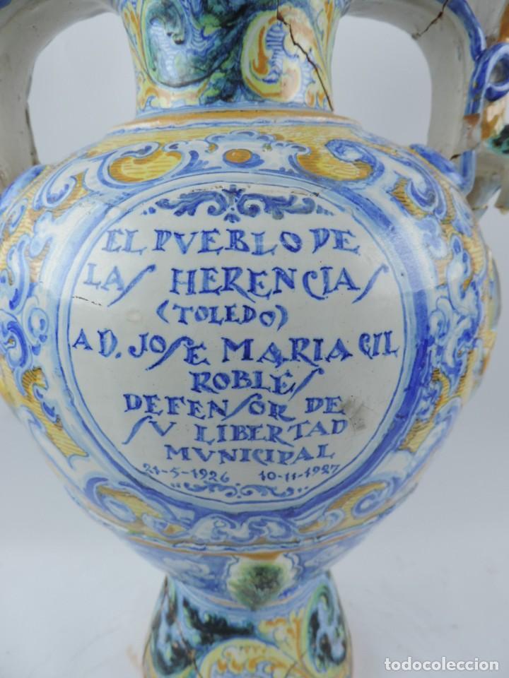 Antigüedades: Jarrón tipo ánfora de cerámica Talavera, Niveiro, Gran Tamaño mide 51 x 37 cms. Dedicado por - Foto 3 - 191151080