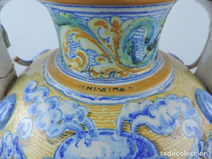 Antigüedades: Jarrón tipo ánfora de cerámica Talavera, Niveiro, Gran Tamaño mide 51 x 37 cms. Dedicado por - Foto 8 - 191151080