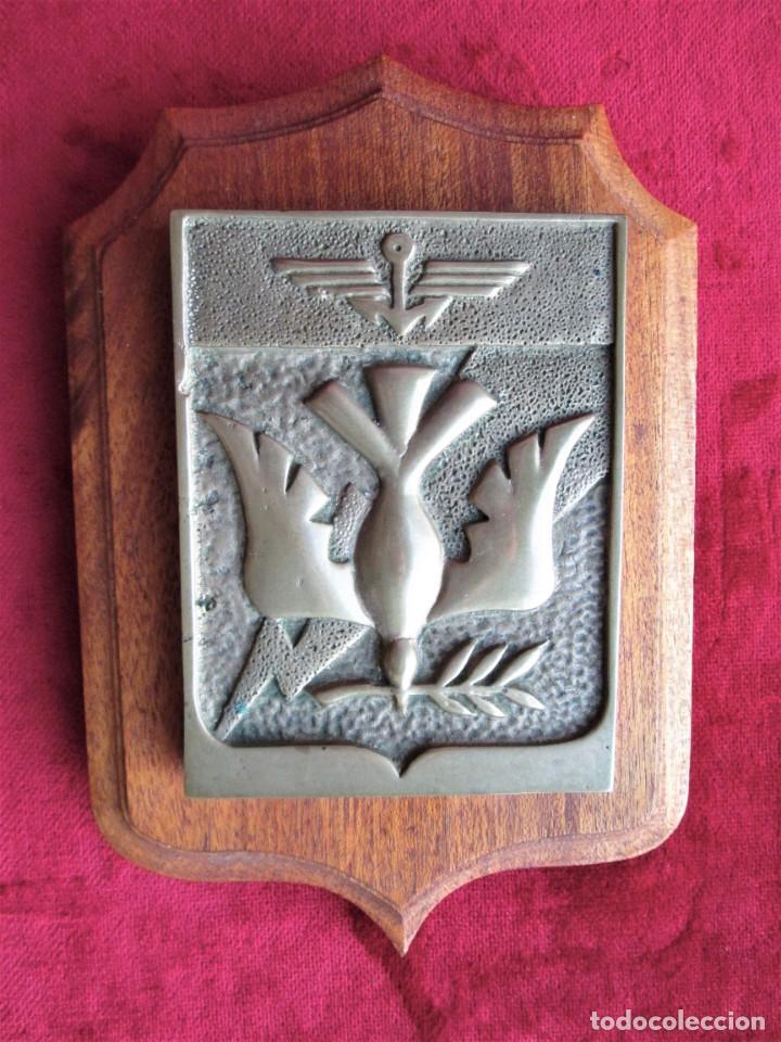 Antigüedades: METOPA EN BRONCE MACIZO CON PALOMA DE LA PAZ SOBRE MADERA NOBLE. PERFECTA PESA 1,8 KILOS - Foto 4 - 191155871