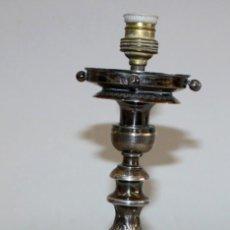 Antigüedades: CANDELERO ELECTRIFICADO EN PLATA DE LEY DEL SIGLO XIX DEL ORFEBRE CATALAN JUNYENT. Lote 191159488