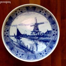 Antigüedades: PLATO EN PORCELANA,SELLADO DELFTS BLAUW,CHEMKEFA 07-G,HAND PAINTED,MADE IN HOLLAND (34CM.). Lote 191189568