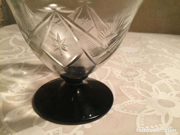Antigüedades: Antigua licorera de cristal soplado a mano y tallado con pié y tapón negro años 30-40 Art Deco - Foto 5 - 191206907