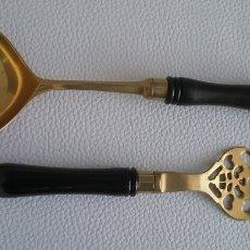 Antigüedades: SET CUBIERTOS SERVIR EN METAL DORADO Y MANGO DE MADERA.. Lote 191214591