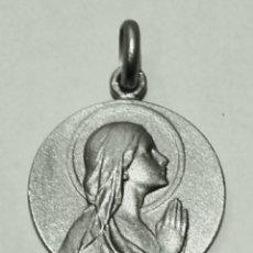 Antigüedades: ESCAPULARIO VIRGEN MARIA REZANDO Y CRISTO SALVADOR EN PLATA DE LEY - 20MM. Lote 191261553