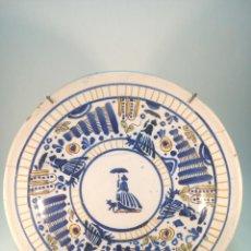 Antigüedades: GRAN PLATO DE CERÁMICA ESMALTADA A COLORES. TALAVERA. INICIALES R.C. DAMAS CON VESTIDO Y PERRO.SIGLO. Lote 191279805