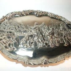 Antigüedades: MUY BELLA BANDEJA CON BAÑO DE PLATA CON ESCENA RELIGIOSA. JESÚS EN CASA DE SIMÓN EL FARISEO. 650 G.. Lote 191282740