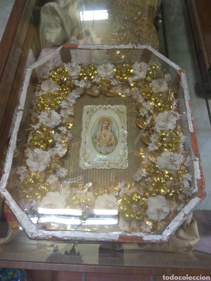 ANTIGUA URNA RELIGIOSA CON FLORES SAGRADO CORAZÓN DE MARÍA - TRABAJO DE MONJA - (Antigüedades - Religiosas - Relicarios y Custodias)