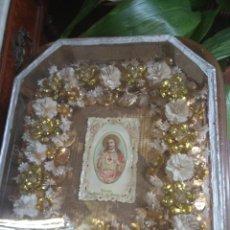 Antigüedades: ANTIGUA URNA RELIGIOSA CON FLORES SAGRADO CORAZÓN DE JESÚS - TRABAJO DE MONJA -. Lote 191322457