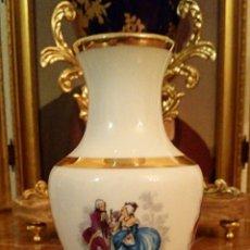 Antigüedades: ANTIGUO JARRON DE PORCELANA DE MANISES - DECORADO EN ORO Y MOTIVOS ROMANTICOS. Lote 191330263