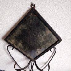 Antigüedades: ESPEJO DE TOCADOR CON MARCO DE FORJA Y PORTA CUBILETES. Lote 191339232