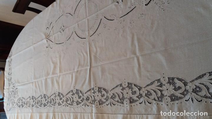 Antigüedades: MANTELERIA DE CREPE 280 X 130 CM. CON 12 SERVILLETAS NUEVO SIN USO. - Foto 6 - 191352140