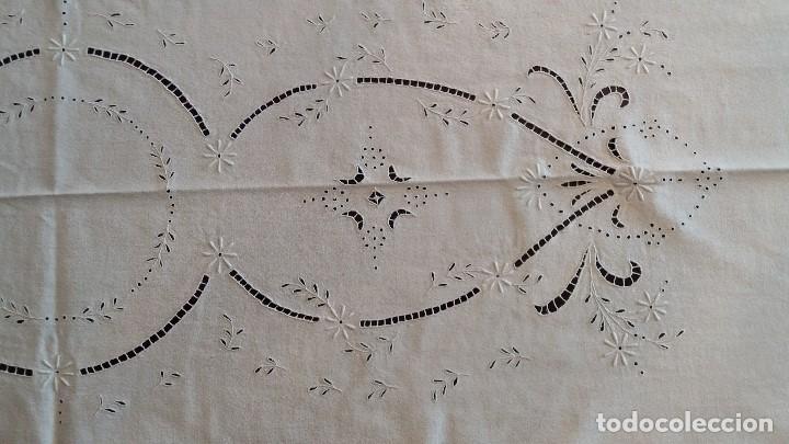 Antigüedades: MANTELERIA DE CREPE 280 X 130 CM. CON 12 SERVILLETAS NUEVO SIN USO. - Foto 9 - 191352140