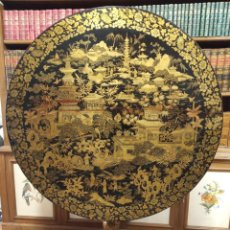 Antigüedades: IMPRESIONANTE MESA CHINA CON GRAN ESCENA TRADICIONAL LACADA EN DORADO. PIEZA ÚNICA. MUY COTIZADA.. Lote 191355267