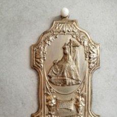 Antigüedades: ANTIGUA BENDITERA DE LA VIRGEN DE LAS ANGUSTIAS EN METAL Y RECIPIENTE PLASTICO.MEDIDAS 16 X 8 CM. Lote 191368336