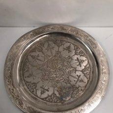 Antigüedades: PLATO METÁLICO DECORATIVO. Lote 191423782