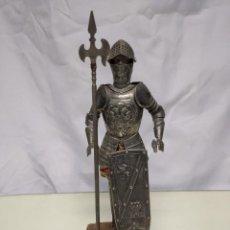 Antigüedades: FIGURA CABALLERO MEDIEVAL. 27CM ALTURA PEANA 8'5 CM X 8'5 CM.. Lote 191425898