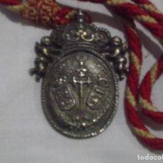 Antigüedades: MEDALLA DE HERMANDAD BAÑADA EN PLATA. TIENE CORDÓN. TEXTO. HNOS COSTALEROS.. Lote 191436311