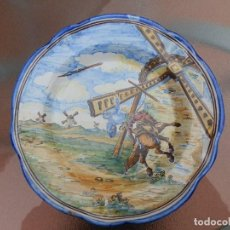 Antigüedades: PLATO DE TALAVERA NIVEIRO CON MARCA ESCUDO DEL CARMEN. DON QUIJOTE BATALLA CON LOS MOLINOS.. Lote 191436542
