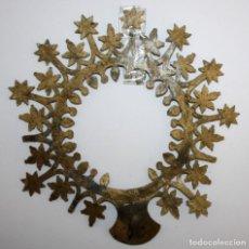 Antigüedades: CORONA PARA IMAGEN EN METAL DE APROXIMADAMENTE 1900. Lote 237502655
