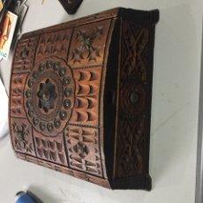 Antigüedades: PRECIOSA CAJA DE MADERA PURA TALLADA 23X23 CM - EXCELENTE ESTADO - VER LAS FOTOS. Lote 191457553