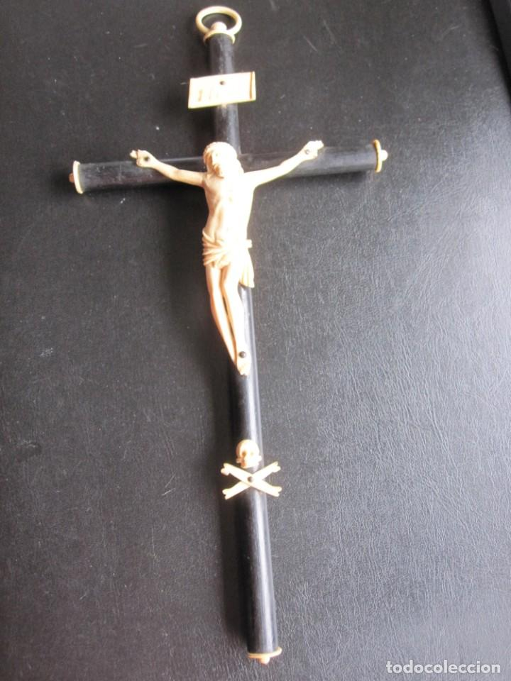 COMPLETA CRUZ ISABELINA CON CRISTO Y REMATES TALLADOS EN HUESO (Antigüedades - Religiosas - Cruces Antiguas)