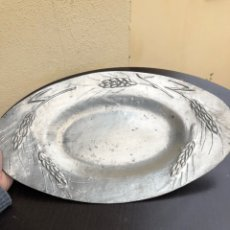 Antigüedades: BONITA BANDEJA ANTIGUA DE ESTAÑO, ECHA A MANO. Lote 191465685