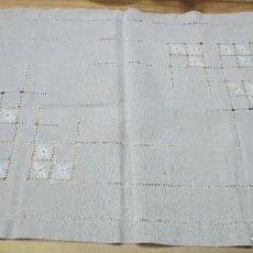 Antigüedades: MANTEL PEQUEÑO Y SEIS SERVILLETAS. BORDADO ARTESANAL, VINTAGE. Lote 191510253