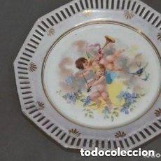 Antigüedades: PLATO CON FILOS DE ORO DE DOS ANGELES. Lote 191518302