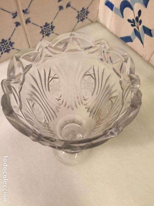 Antigüedades: Antiguo florero / jarrón de cristal soplado a mano y tallado años 50-60 - Foto 2 - 191538366