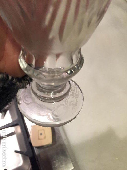 Antigüedades: Antiguo florero / jarrón de cristal soplado a mano y tallado años 50-60 - Foto 7 - 191538366