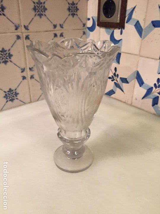 Antigüedades: Antiguo florero / jarrón de cristal soplado a mano y tallado años 50-60 - Foto 16 - 191538366