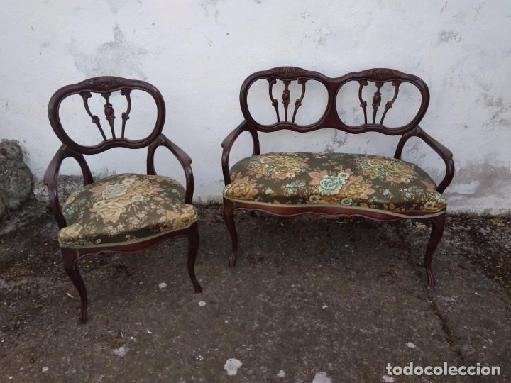 SOFÁ DE DOS PLAZAS Y SILLÓN EN MADERA LACADA Y TAPIZADO . ANTIGUO (Antigüedades - Muebles Antiguos - Sofás Antiguos)