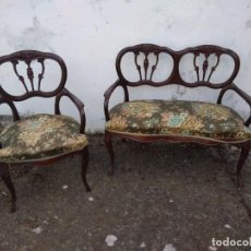 Antigüedades: SOFÁ DE DOS PLAZAS Y SILLÓN EN MADERA LACADA Y TAPIZADO . ANTIGUO. Lote 191540425