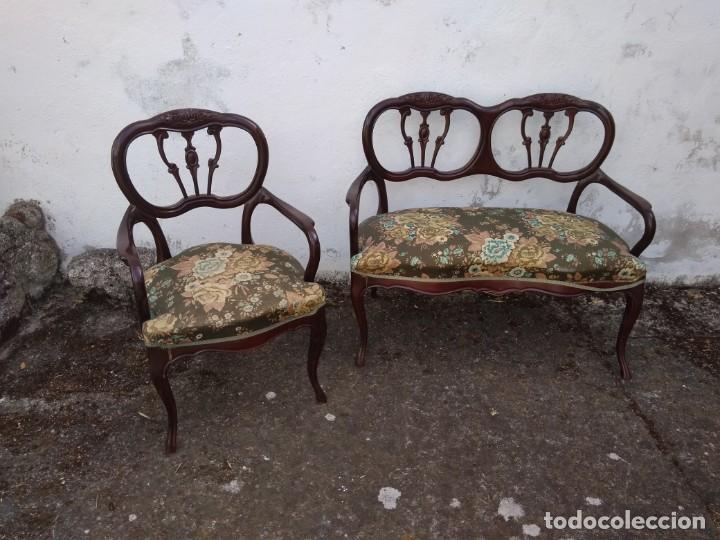 Antigüedades: SOFÁ DE DOS PLAZAS Y SILLÓN EN MADERA LACADA Y TAPIZADO . ANTIGUO - Foto 2 - 191540425